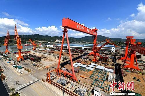 上海船厂第5艘2500TEU集装箱船出海试航